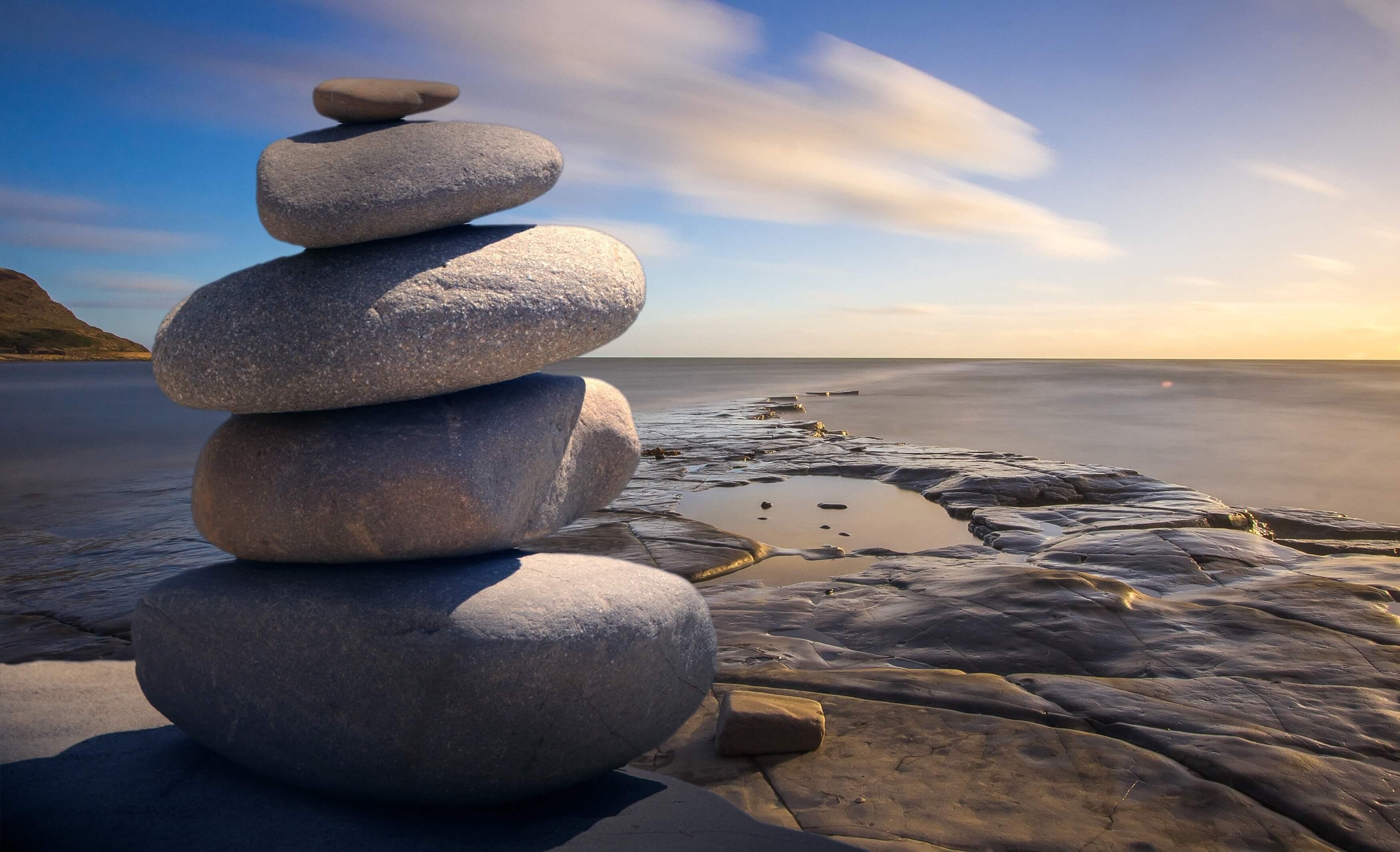 Cairn de pierre au bord de mer