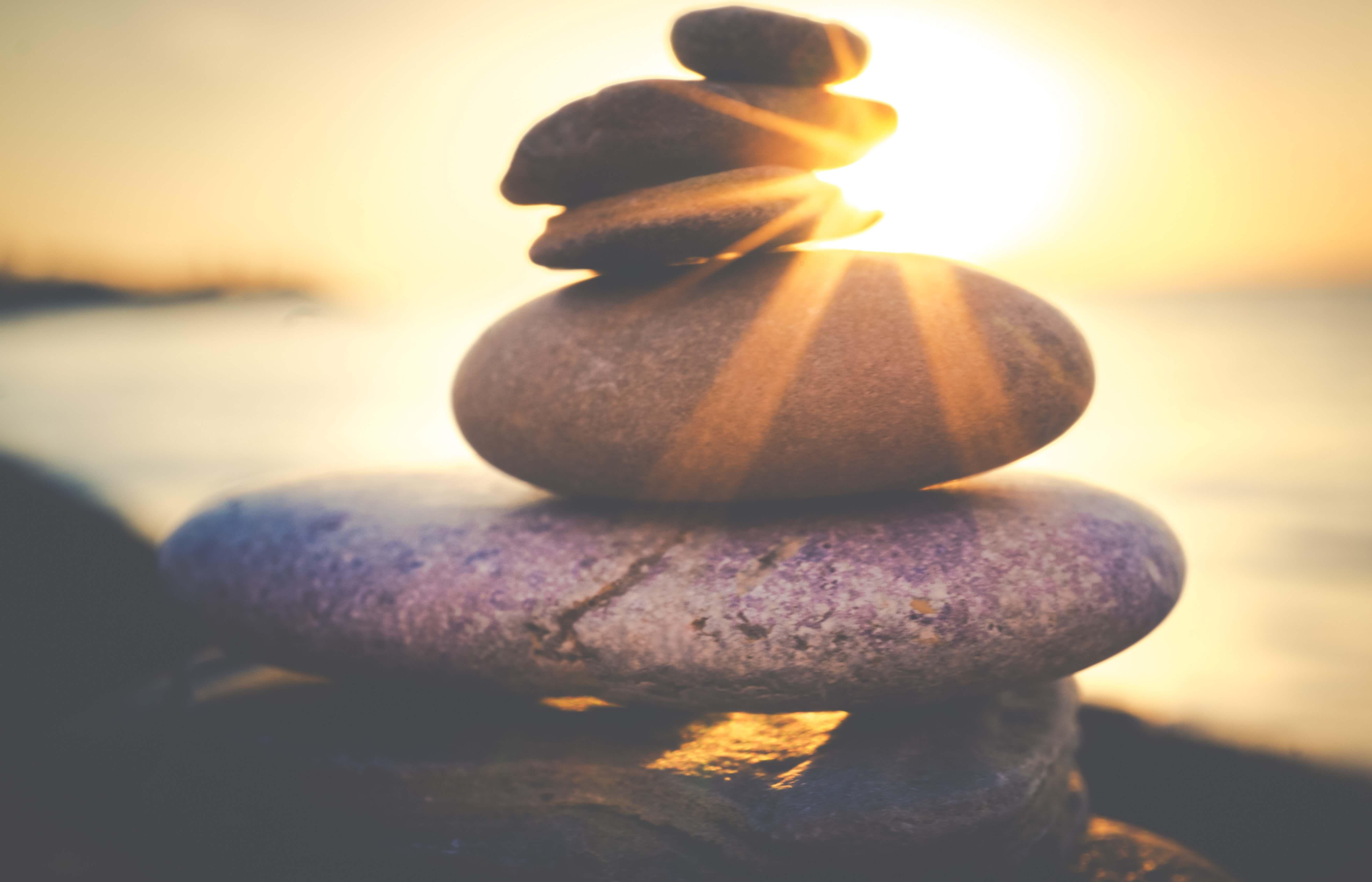 Cairn de pierre au soleil couchant